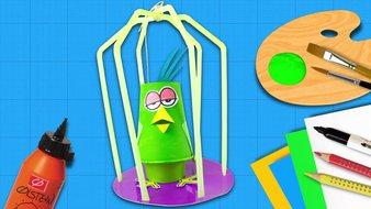 Un perroquet dans sa cage